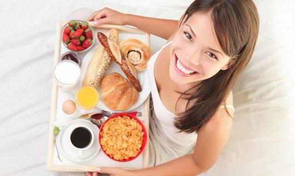 Chica con comida en su cama