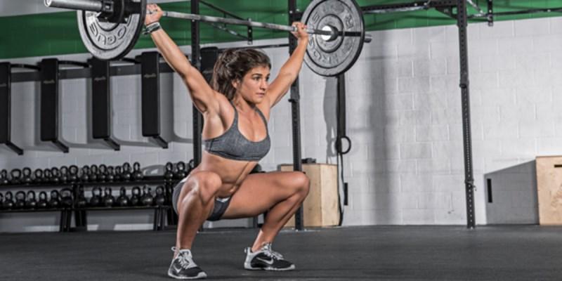Mujer entrenado Crossfit