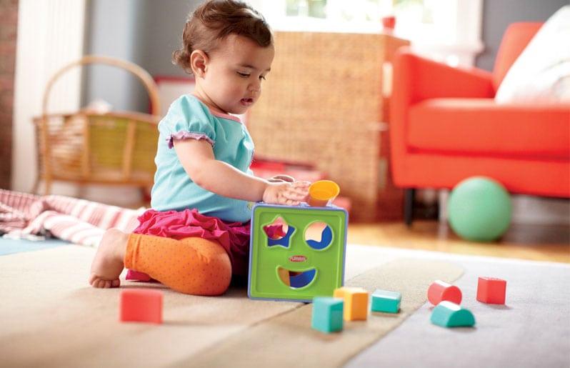 Bebé jugando con sus juguetes