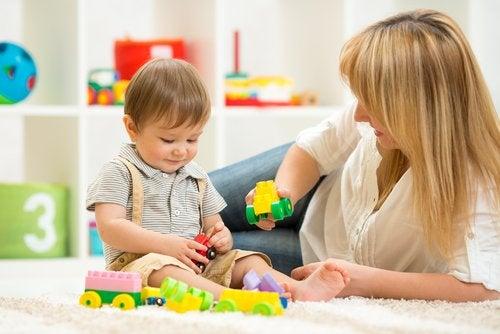Madre e hijo jugando