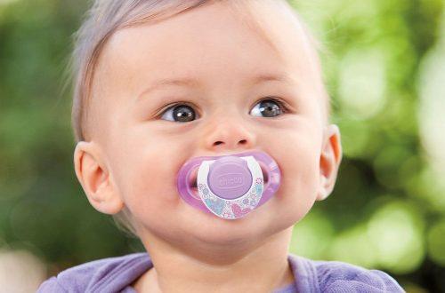 bebé-con-el-chupón-morado