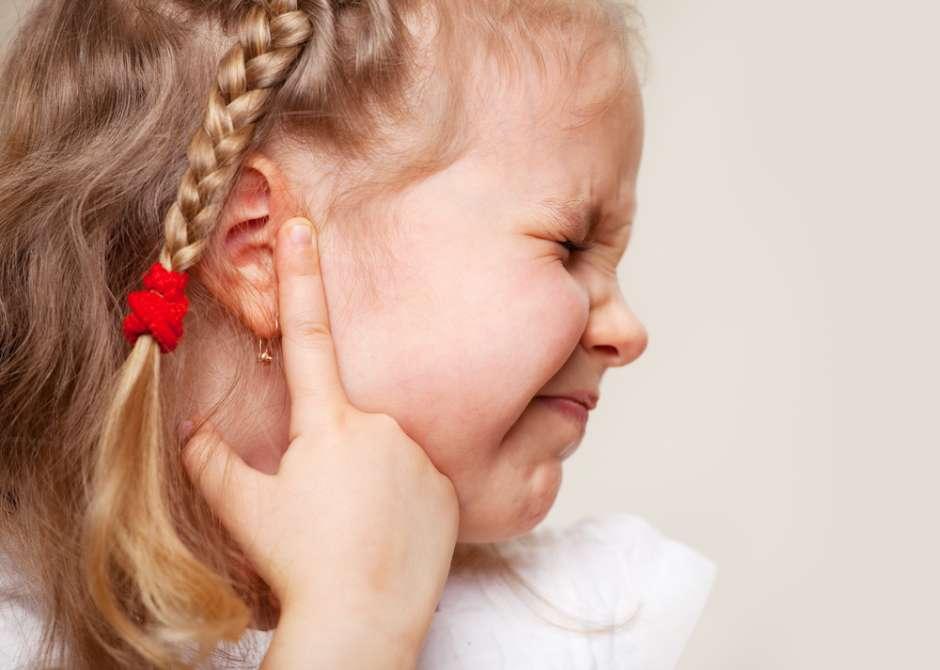 Niña con dolor en oídos