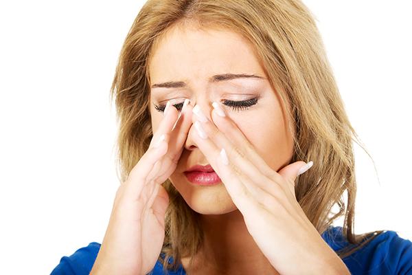 Chica con congestión nasal