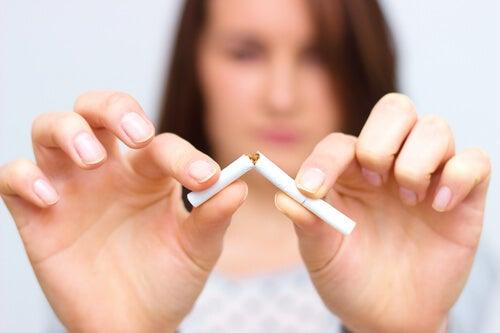 Chica rompiendo un cigarro