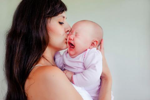 Mamá que aprende a cuidar a bebés