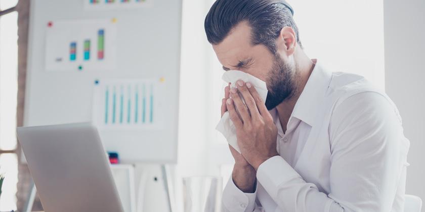 hombre con tos en el trabajo