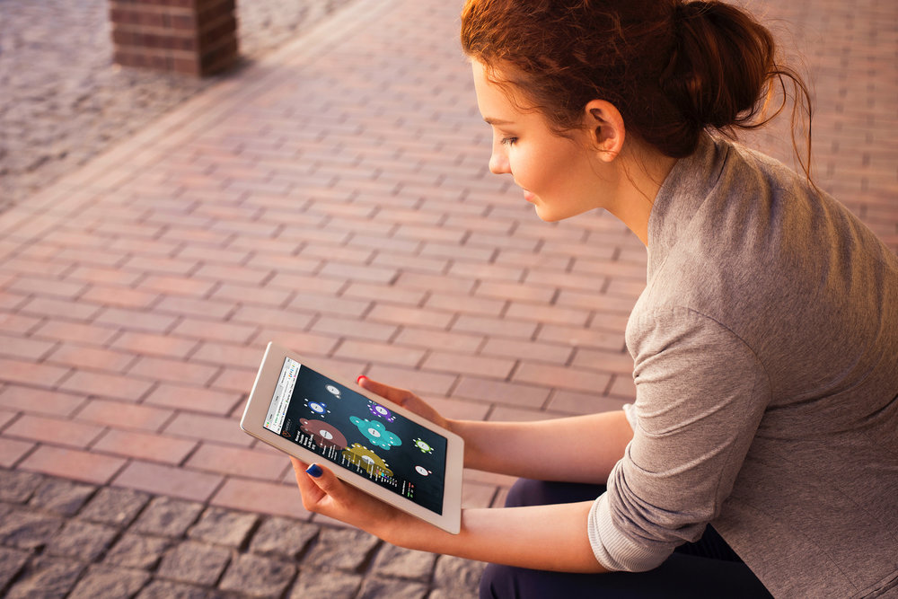 Chica con tablet en la mano diciendo comprar en internet