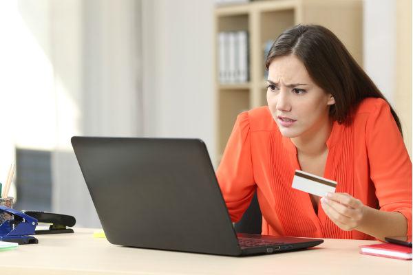 Chica confundida al comprar en internet