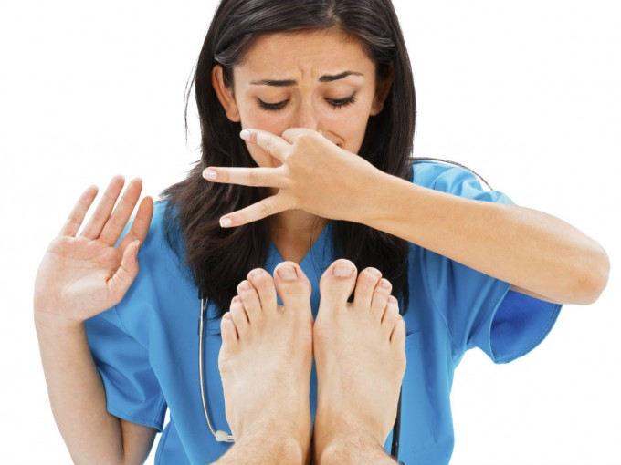 Chica evitando el mal olor de unos pies