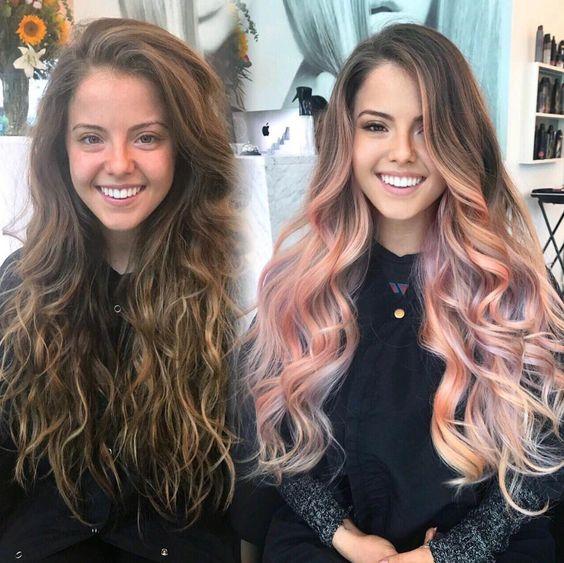 Chica tiñiendo su cabello de colores