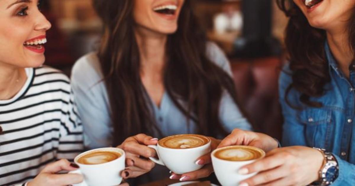Chicas tomando café juntas