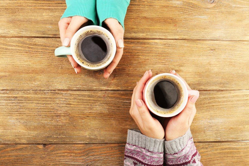 Personas con tazas de café