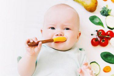 Bebé llevando una alimentación saludable