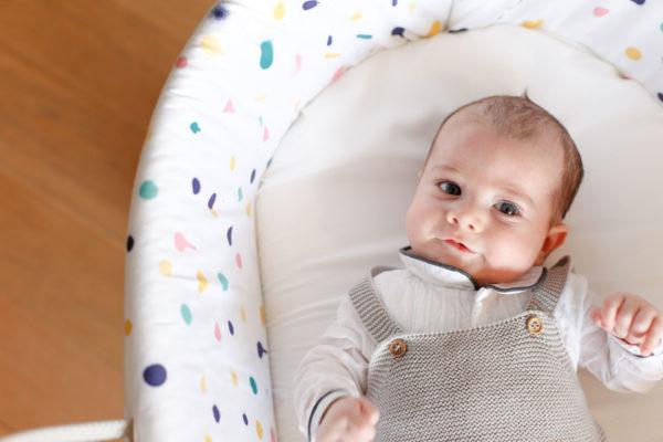 Bebé con ropa de tejidos naturales