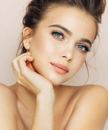 Chica con piel joven y linda