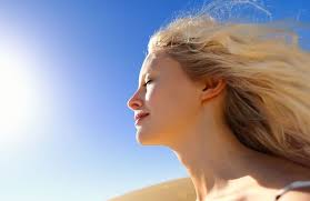 Chica tomando el sol