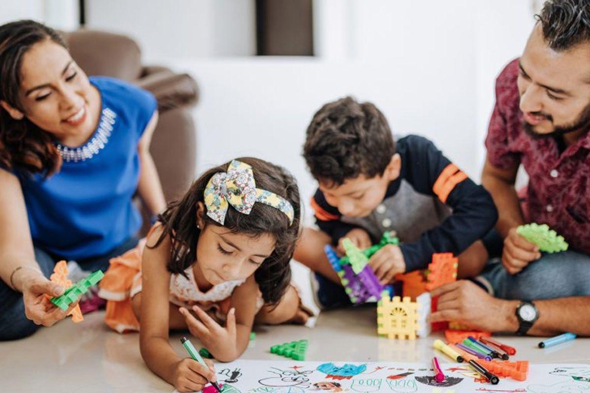 Padres jugando con sus hijos en Coronavirus