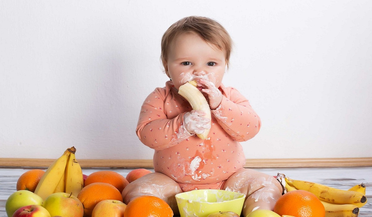 bebé comiendo naranja