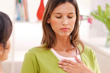 Mujer con dolor de angina de pecho