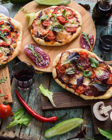 variedad de pizzas con diferentes coberturas