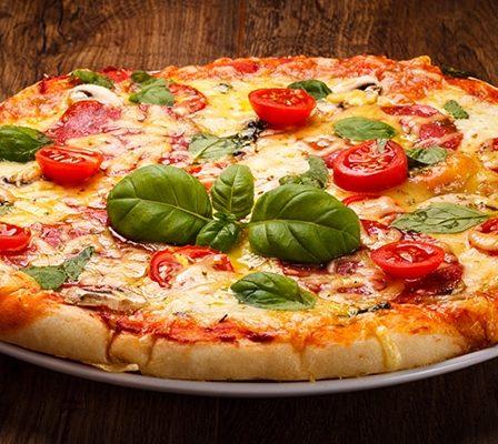 Pizza italiana con tomates
