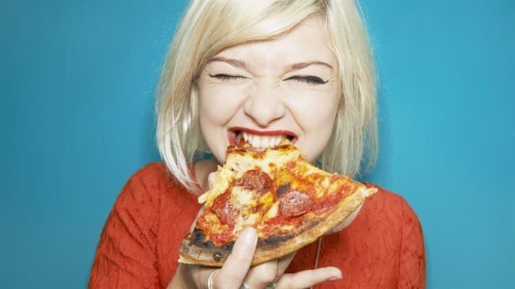 otra chica comiendo pizza