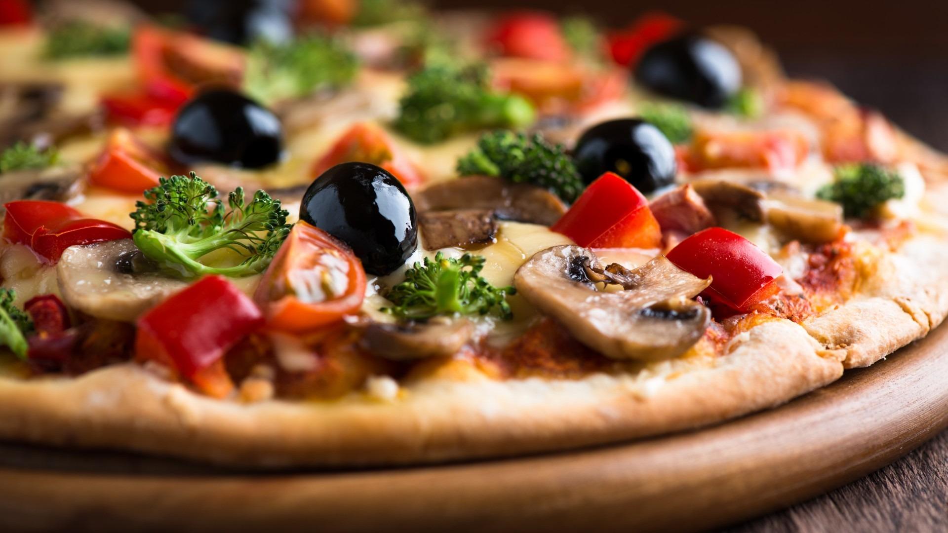 Pizza gourmet con aceitunas negras