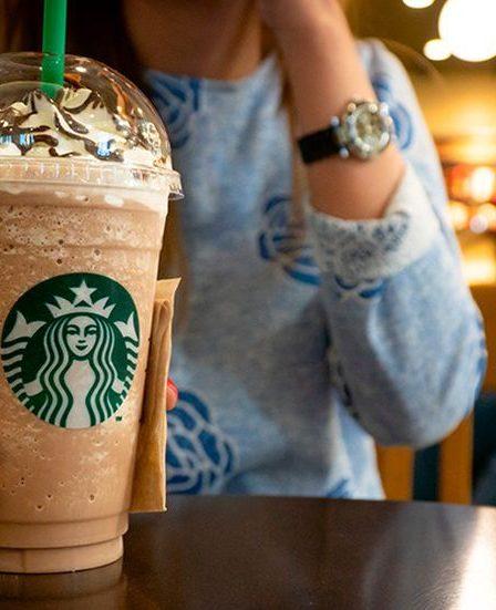 chica tomando un Frappuccino/